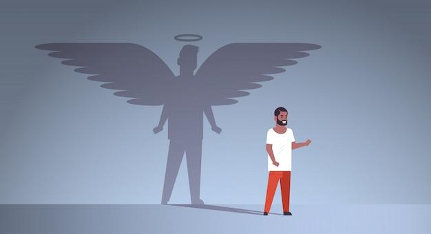 Afroamerykanin facet z cieniem anioła
