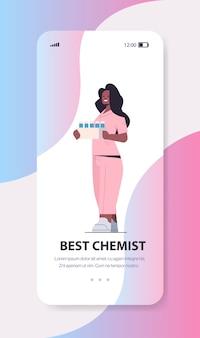 Afroamerykanin kobieta naukowiec trzymając probówki rozwój szczepionki najlepsza koncepcja chemika ekran smartfona pionowa pełna długość kopia przestrzeń ilustracji wektorowych