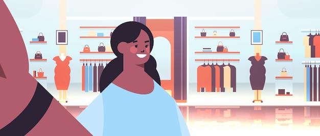 Afroamerykanin kobieta przy selfie na smartfonie aparat dziewczyna robi własne zdjęcie kobiece ubrania centrum handlowe wnętrze poziome ilustracji wektorowych portret