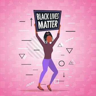 Afroamerykanka trzymająca czarną materię życia kampania uświadamiająca przeciwko dyskryminacji rasowej