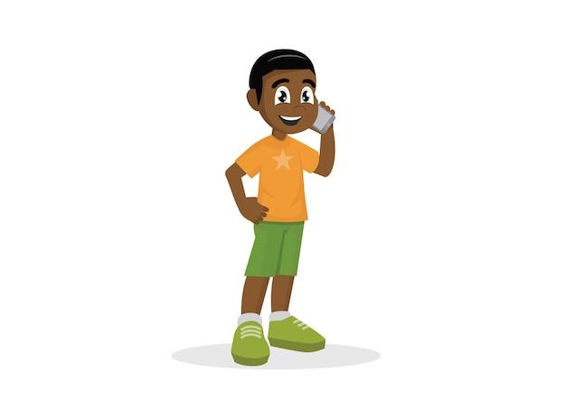 Afrykańska chłopiec opowiada szczęśliwy z jego telefonem.