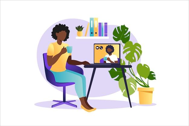 Afrykańska kobieta siedzi przy laptopie i korzysta ze strony internetowej do randek lub poszukiwania miłości. wirtualne relacje i koncepcja randek online i sieci społecznościowych.
