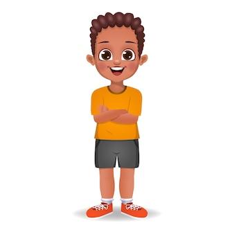 Afrykański dzieciak chłopiec stojący z rękami skrzyżowanymi na białym tle