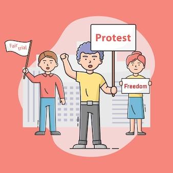 Akcja masowego protestu. niezadowoleni ludzie narzekają i biorą udział w strajku, trzymając transparenty protestacyjne. postacie bronią swoich praw i wolności. ilustracja kreskówka liniowy zarys płaski wektor.