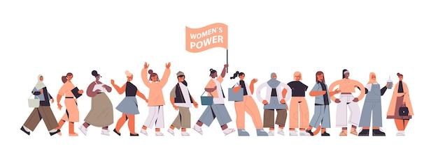 Aktywiści dziewcząt rasy mieszanej stoją razem ruch na rzecz wzmocnienia pozycji kobiet wspólnota kobiet związek feministek koncepcja pozioma pełna długość ilustracji wektorowych