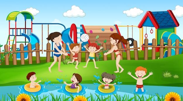 Aktywne dzieci bawiące się na scenie na świeżym powietrzu