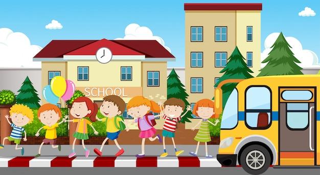 Aktywne dzieci bawiące się na świeżym powietrzu