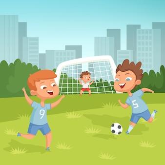Aktywne dzieci bawiące się w piłkę nożną na świeżym powietrzu