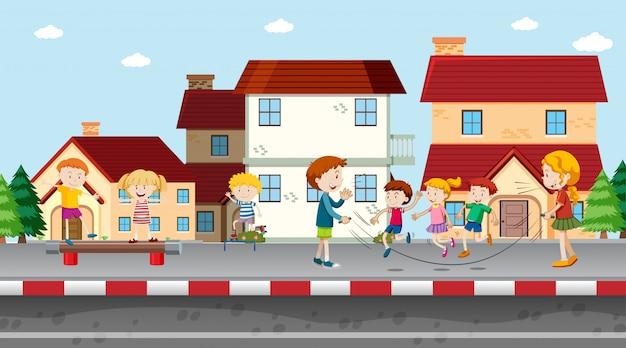 Aktywni chłopcy i dziewczęta uprawiający sport i zabawę na świeżym powietrzu