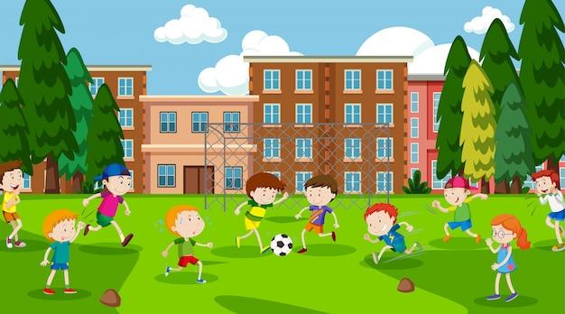 Aktywni chłopcy i dziewczęta uprawiający sport i zabawę na zewnątrz