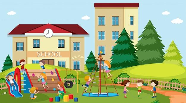 Aktywni chłopcy i dziewczęta uprawiający sport i zabawy na świeżym powietrzu
