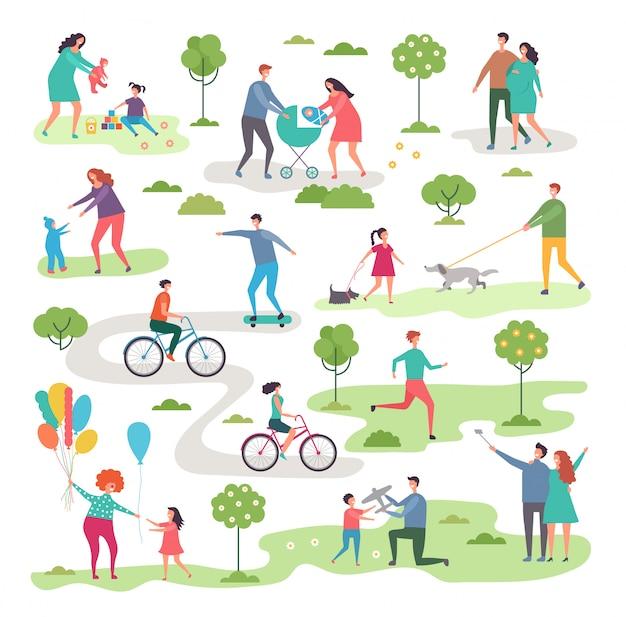 Aktywność na świeżym powietrzu w parku miejskim. rowerzyści i chodzący ludzie