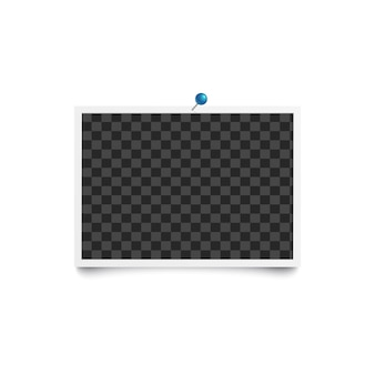 Album puste zdjęcie ramka pozioma przypięte do białej ściany z niebieską szpilką