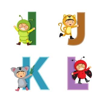 Alfabet angielski z dziećmi w strojach zwierząt, litery od i do l.