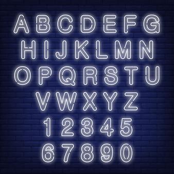 Alfabet i cyfry. neonowy znak z białymi listami.