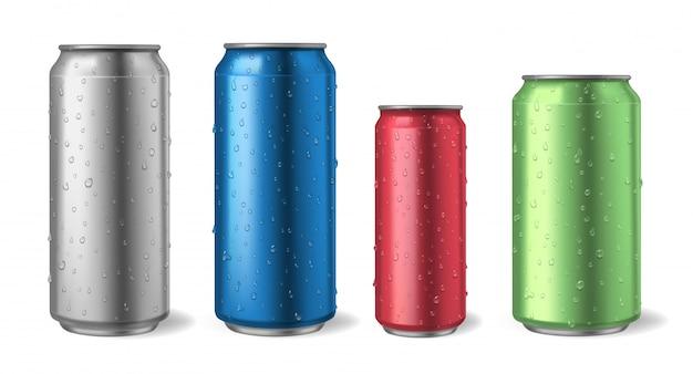 Aluminiowe puszki z kroplami wody. realistyczne makiety puszek metalowych do zestawu ilustracji sody, alkoholu, lemoniady i napoju energetycznego. aluminiowa metalowa puszka, ilustracja energii i lemoniady