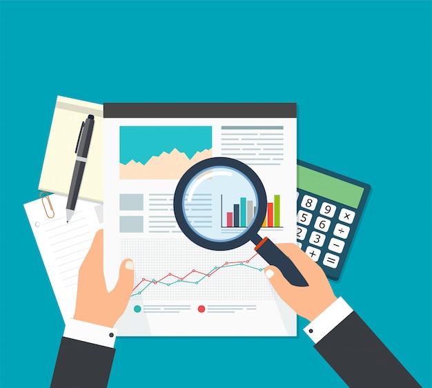 Analiza danych finansowych, biznesmen z lupą szuka raportów finansowych