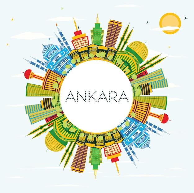 Ankara turcja panoramę miasta z kolorowymi budynkami, błękitnym niebem i przestrzenią do kopiowania. ilustracja wektorowa. podróże służbowe i koncepcja turystyki z zabytkowymi budynkami. ankara gród z zabytkami.