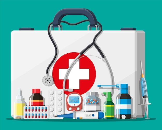 Apteczka medyczna z różnymi tabletkami i wyrobami medycznymi