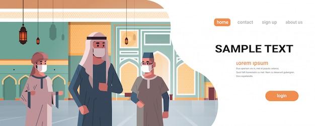 Arabowie w maskach medycznych przybywający do nabawiającego meczetu budynek kwarantanna kwarantanna pandemia