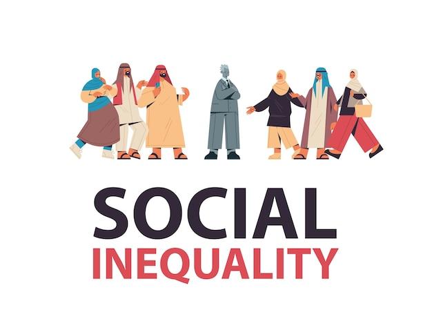 Arabscy biznesmeni szydzący z przygnębionego mężczyzny znęcający się nad nierównościami społecznymi, dyskryminacją rasową