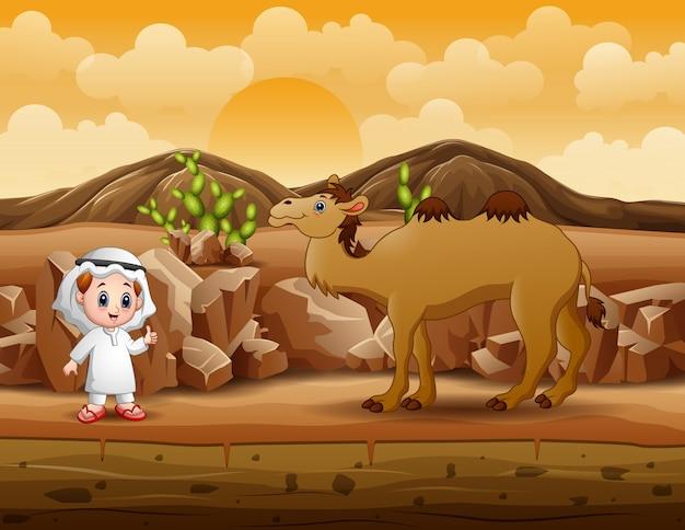 Arabscy chłopcy z wielbłądem chodzący po pustyni