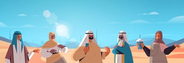 Arabscy ludzie chodzą po pustyni szczęśliwi arabscy przyjaciele w tradycyjne stroje ramadan kareem święty miesiąc arabski krajobraz poziomy ilustracja portret