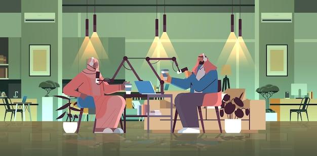 Arabscy podcasterzy rozmawiają z mikrofonami nagrywając podcast w studiu podcasting koncepcja nadawania radia internetowego mężczyzna w słuchawkach wywiad kobieta pełnej długości poziomej ilustracji wektorowych