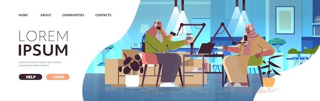 Arabscy Podcasterzy Rozmawiają Z Mikrofonami Nagrywając Podcasty W Studiu Podcastów Koncepcja Nadawania Radia Internetowego Premium Wektorów