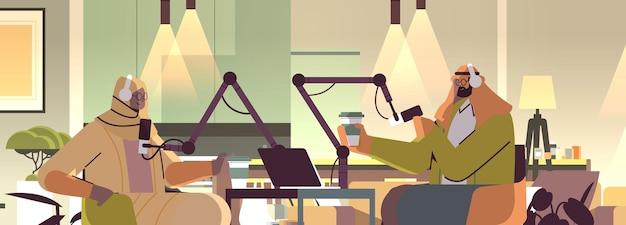 Arabscy podcasterzy rozmawiają z mikrofonami nagrywając podcasty w studiu podcastów koncepcja nadawania radia internetowego