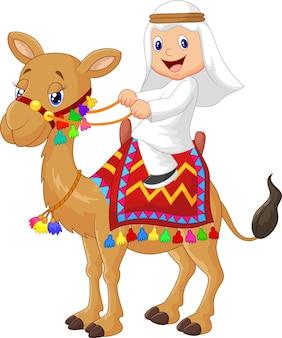 Arabska chłopiec jedzie wielbłąda