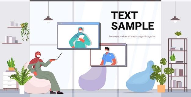 Arabska kobieta pacjent rozmawia z lekarzami w oknach przeglądarki internetowej