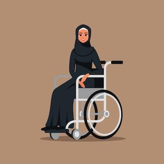 Arabska niepełnosprawna młoda dziewczyna na wózku inwalidzkim. muzułmańska kobieta biznesu nosząca hidżab i czarną abaję siedzi w nieważnym wagonie. ilustracja wektorowa w stylu cartoon płaski.