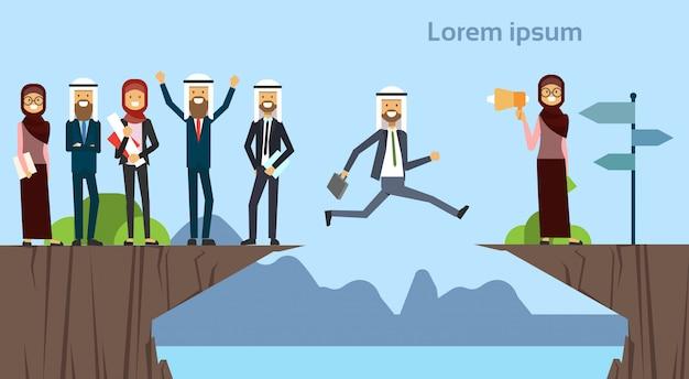 Arabski biznesmen skoki przeszkody przepaść przejdź do przeciwnego celu koncepcja grupy biznesowej sukces wyzwanie ryzyko i przyjść problem lub przeszkody