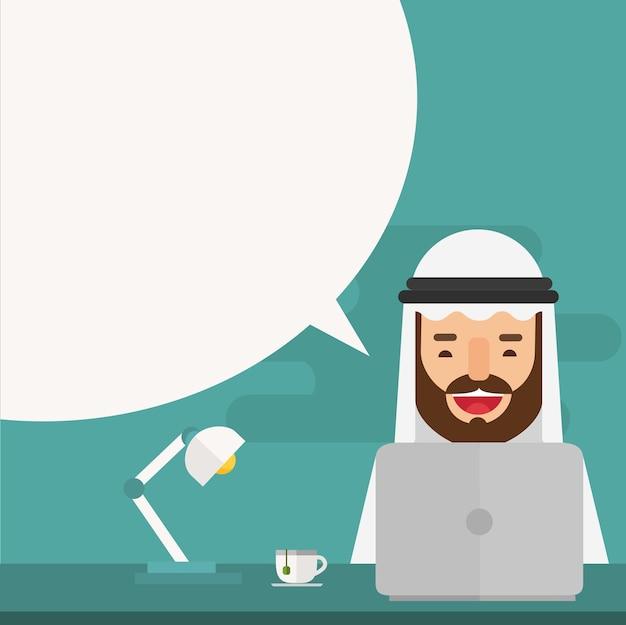 Arabski biznesmen używa laptop z mowa bąblem
