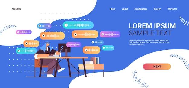 Arabski biznesmen w miejscu pracy komunikować się w komunikatorach za pomocą wiadomości głosowych audio czat aplikacja media społecznościowe koncepcja komunikacji online pozioma kopia przestrzeń ilustracji wektorowych
