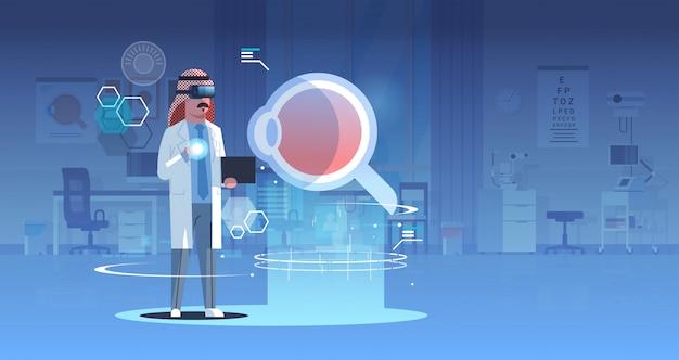 Arabski lekarz w okularach cyfrowych patrząc wirtualnej rzeczywistości oko anatomii ludzkiego narządu opieki zdrowotnej