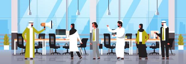 Arabski lider biznesmen trzymać megafon pracy zespołowej komunikacji ogłoszenie biznesowe