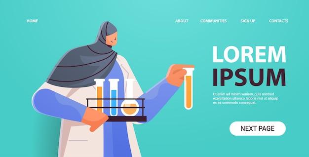 Arabski naukowiec trzymający probówki naukowiec dokonujący eksperymentu chemicznego w laboratorium koncepcja inżynierii molekularnej poziomy portret kopia przestrzeń ilustracji wektorowych