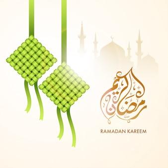 Arabski tekst kaligraficzny ramadan kareem, sylwetka meczetu i wiszące tradycyjne słodkie.