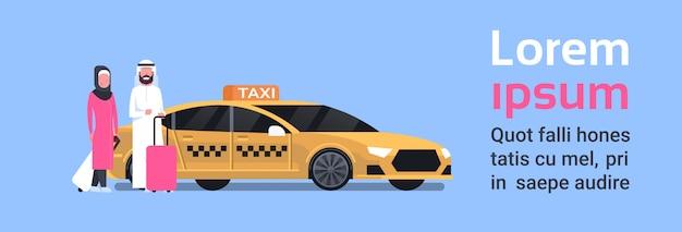 Arav para pasażerów siedzi w żółtej taksówki usługi taksówki nad tłem z miejsca na kopię