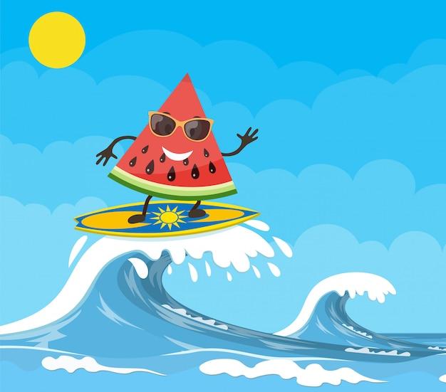 Arbuzowe postacie surfujące na fali.