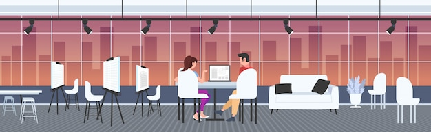 Architekci para przy użyciu laptopów inżynierowie projektu domu projektu na ekranie komputera z planów mieszkaniowych kontrahentów ing dom plan rysunkowy studio wnętrze pełnej długości