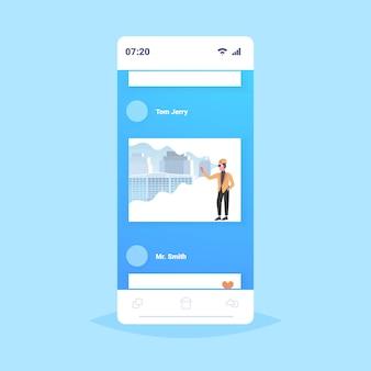 Architekt człowiek w kasku na sobie okulary cyfrowe wirtualnej rzeczywistości 3d budynku miasto model vr modelowanie zestaw słuchawkowy wizja koncepcja smartphone ekran aplikacja mobilna pełnej długości