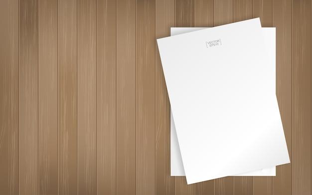 Arkusz białego papieru na tle tekstury drewna
