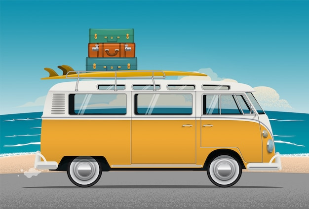 Autobus kempingowy z deską surfingową i bagażem na dachu
