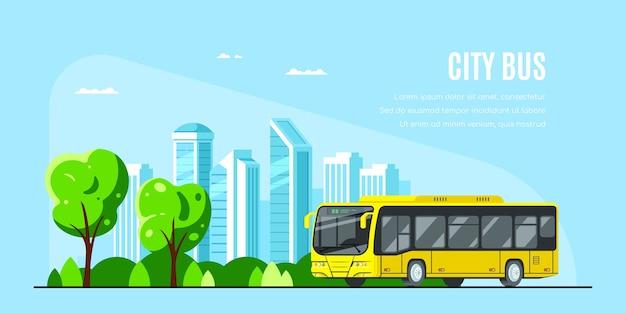 Autobus miejski z dużym miastem w tle. autobus miejski .