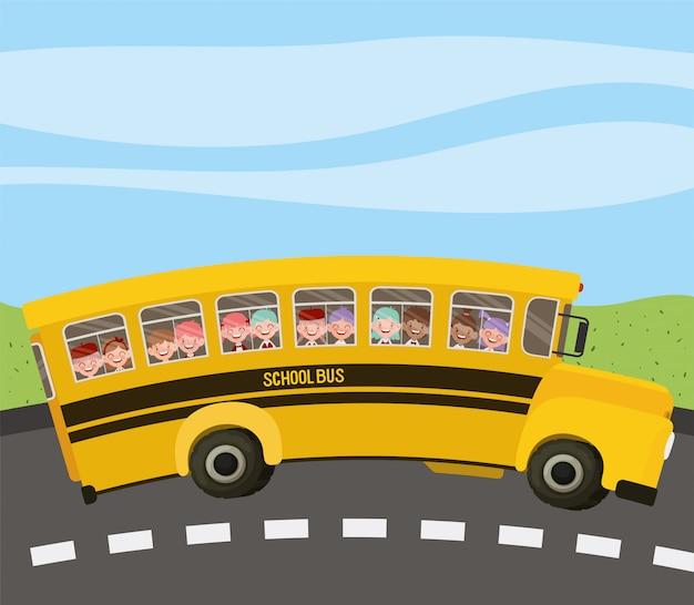 Autobus szkolny z dziećmi na drodze