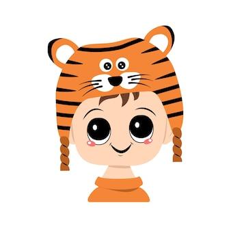Awatar dziecka o dużych oczach i szerokim uśmiechu w kapeluszu tygrysa. słodkie dziecko z radosną twarzą w świątecznym stroju na nowy rok i boże narodzenie. głowa uroczego dziecka z radosnymi emocjami