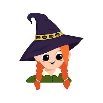 Awatar dziewczyny o rudych włosach, dużych oczach, okularach i szerokim szczęśliwym uśmiechu w spiczastym kapeluszu wiedźmy z dynią. głowa dziecka o radosnej twarzy. dekoracja na halloween!